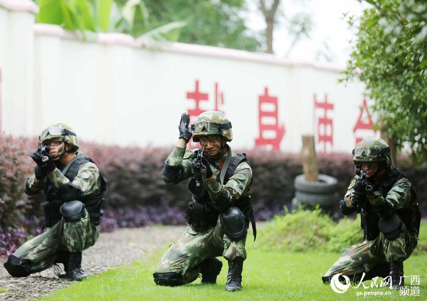 7月24日,武警广西总队柳州市支队融安县中队战士在反恐处突演练中实施小组交替掩护突击。(谭凯兴-摄)