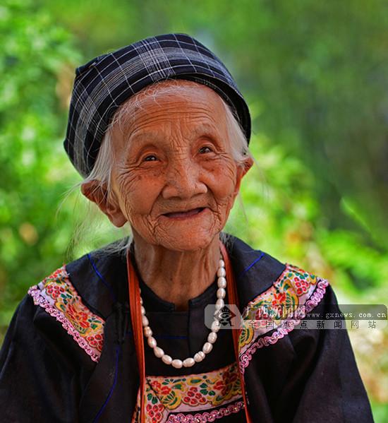 壮族百岁老人笑脸