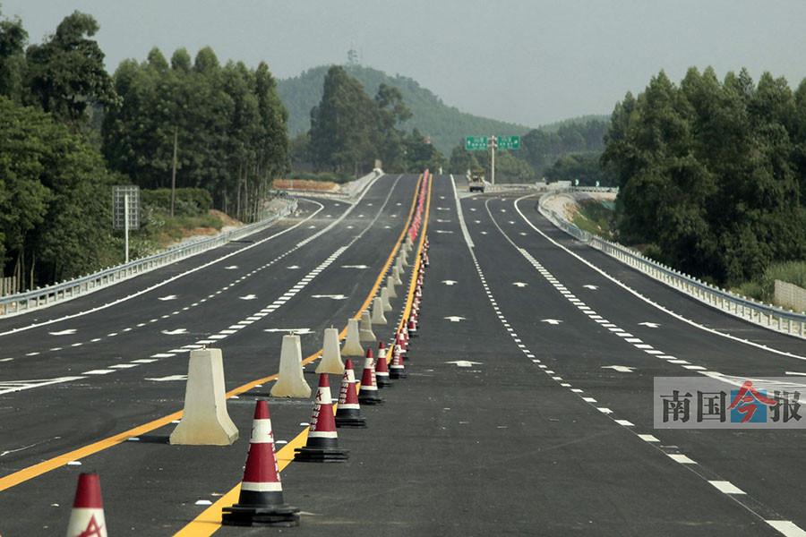 7月31日焦点图:柳南高速新兴互通7月31日开通