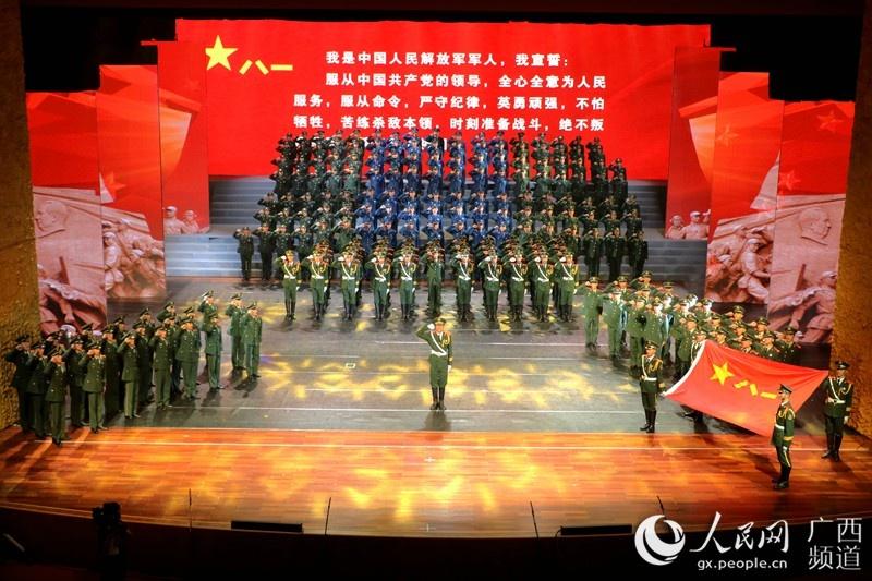 战士们在舞台上进行宣誓