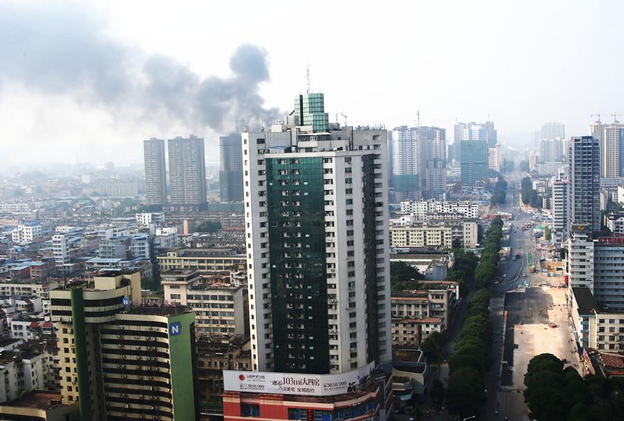 南宁一栋在建高楼氧焊作业不慎 突发火灾浓烟滚滚