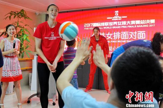 """女排名将走进南京儿童福利院""""公益排球面对面"""""""
