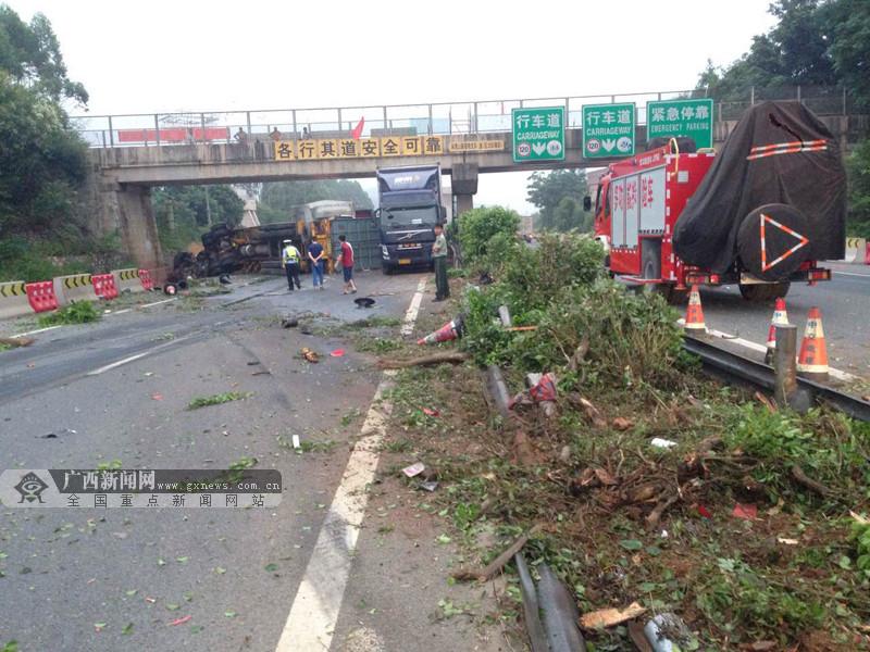 高清:泉南高速两货车碰撞 事故致2人死亡2人受伤