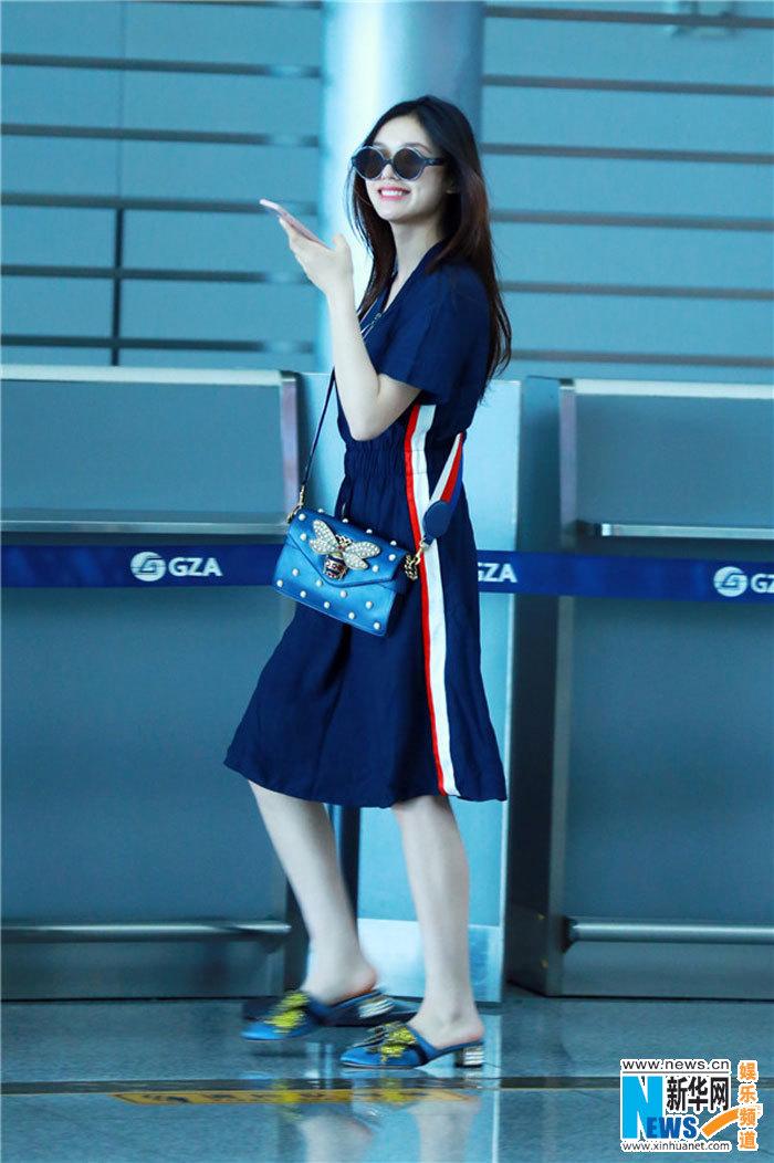 近日林允身着简约深色连衣裙现身机场,虽然日程繁忙表情却不见疲惫,还时不时拿起手机刷新热门消息,更是露出招牌酒窝甜笑。不同于工作时的华丽状态,林允的私服一直走简单舒适路线,在接受采访时也表示自己穿衣服要选适合自己的,怎么舒服怎么来。此次身着深蓝色连衣裙,搭配舒适平底凉鞋与墨镜、彩带珍珠背包,长发随意飘散,一身打扮轻松随意,展露95后小女生本色。