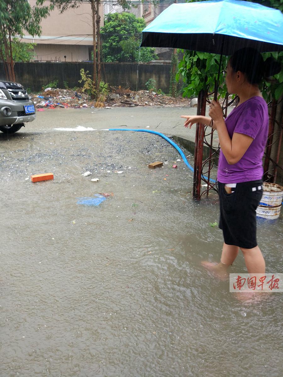 8月3日,北海市区遭遇了强降雨过程,从凌晨5时起至下午6时,降雨量达到155.9毫米。市区内出现多个内涝点,造成市民出行不便。由于排水管道没通,市区城中村小区家中成池塘。图为居民正在往小区外抽水。记者 许海鸥摄(广西新闻网-南国早报)