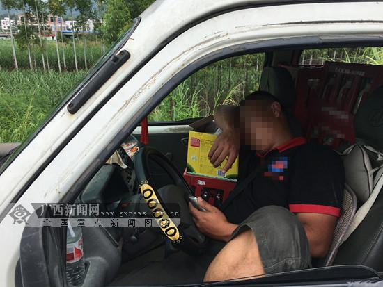 司机在应急车道呼呼大睡 被记6分罚款200元(图)