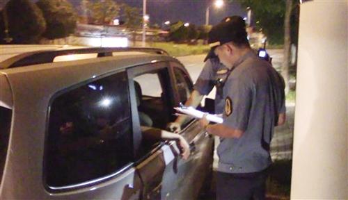"""南宁""""黑的""""非法营运被逮正着 司机咬伤执法人员"""