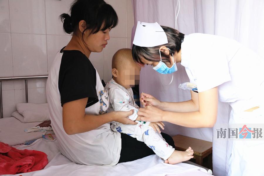 两岁男童患恶性肿瘤亲爹未现身 母亲四处借钱求医