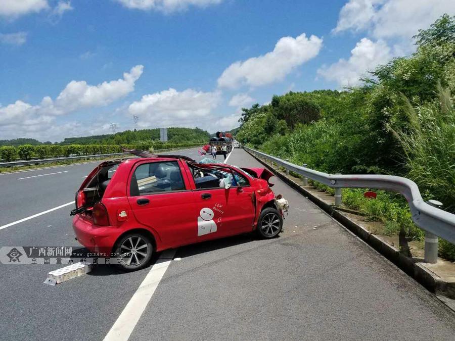 """轿车与货车发生碰撞 车顶被撕开秒变""""敞篷车""""(图)"""