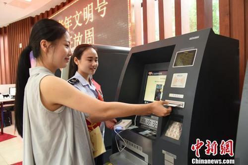 资料图:纳税人办理业务。<a target='_blank' href='http://www.chinanews.com/'></table>中新社</a>记者 钟欣 摄