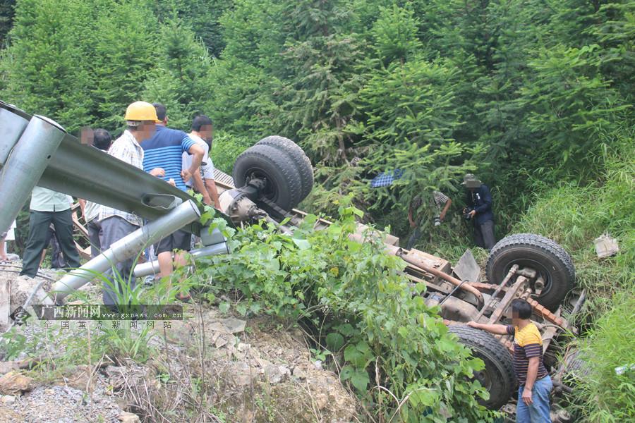 罗城:拖车运载挖掘机侧翻 拖车车头严重变形(图)