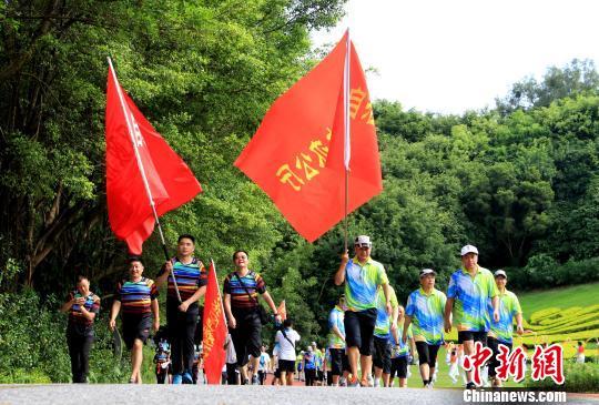 图为在南宁青秀山公园举行的群众健身走活动。 胡明峰 摄
