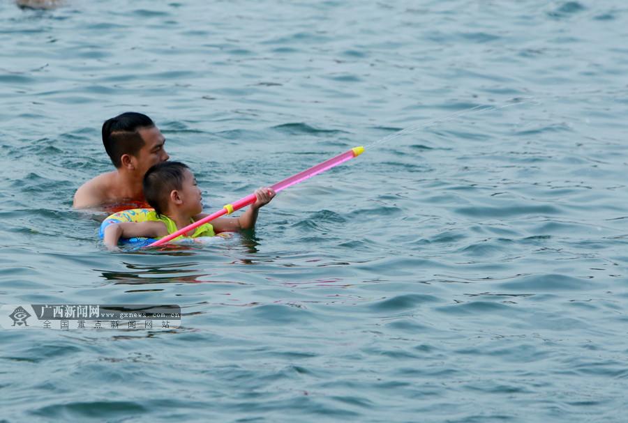柳州:享受水中乐趣 市民戏水消暑纳凉(图)