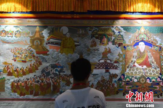 唐卡画卷《一代宗师 十世班禅》(局部)在民博会上亮相。 陈骥�F 摄