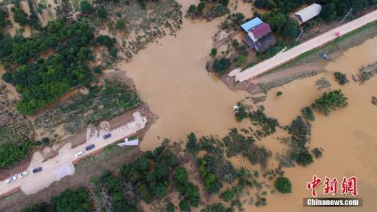 资料图:位于长沙市雨花区跳马镇的曙光垸内积水由溃口回流致浏阳河。 杨华峰 摄