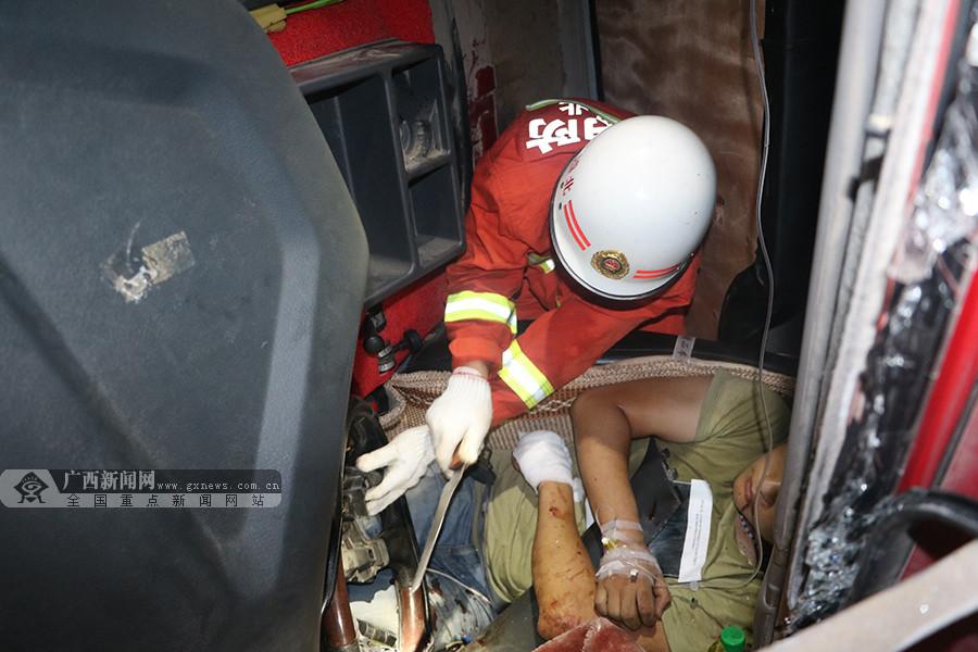 高清:司机夜间疲劳驾驶货车侧翻 消防火速救援
