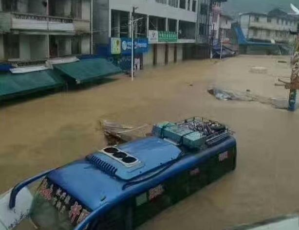 山洪突袭广西融水杆洞乡 多辆汽车被冲走
