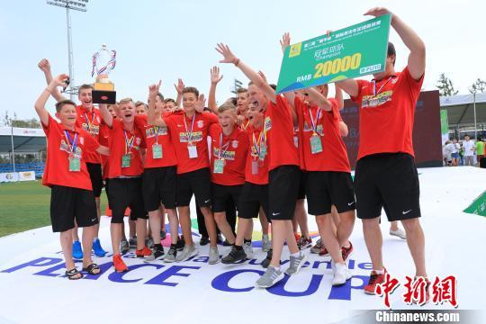 获得U15组冠军的俄罗斯莫斯科斯巴达克队在领奖台上。 沈殿成 摄