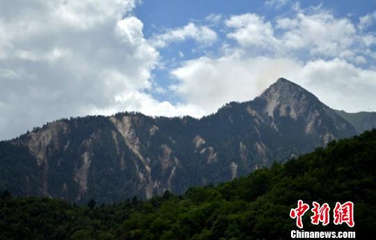 地震导致山体受伤严重。 刘忠俊 摄