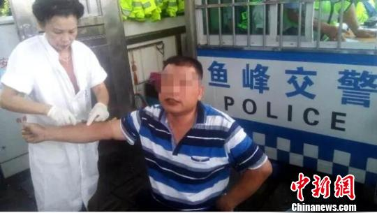 广西一司机酒后逆向行驶辱骂殴打协警被拘