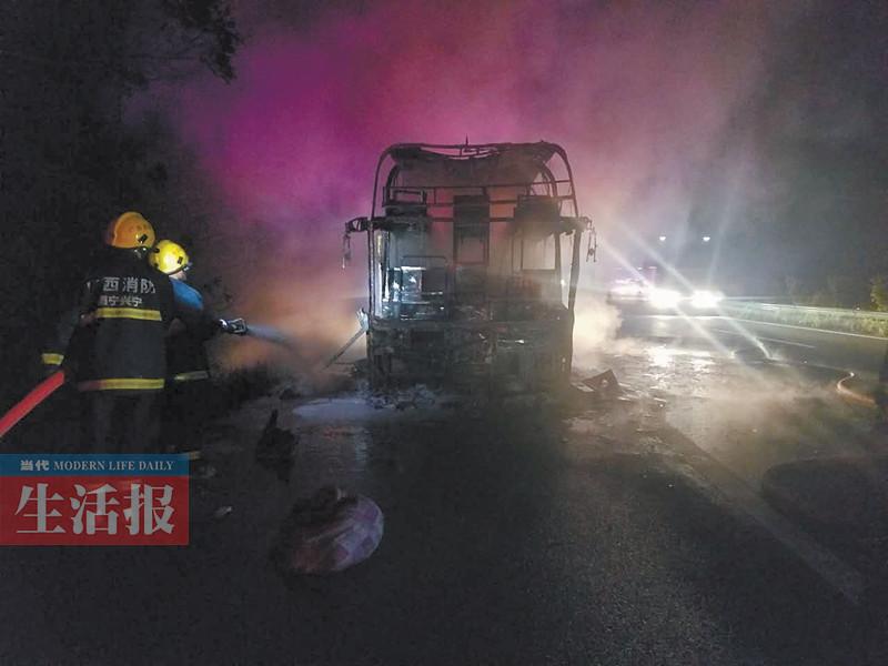 一过境南宁客车午夜自燃 致1人死亡18人送医(图)