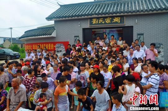 搬迁前夕,大刘村村民聚在一起。 张强 摄