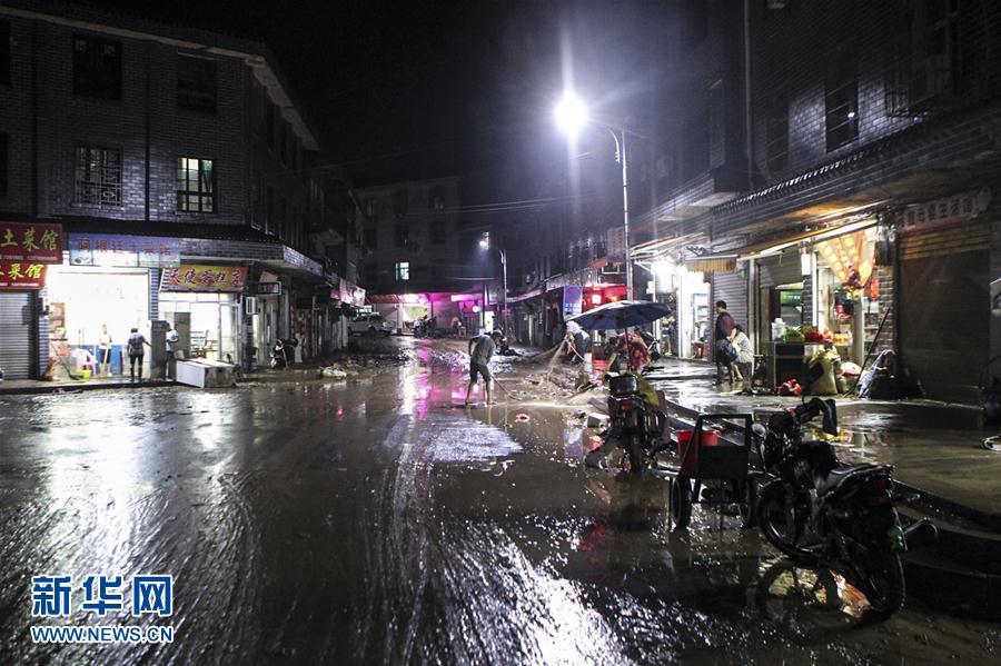 (社会)(1)湖南岳阳县张谷英镇遭洪水袭击