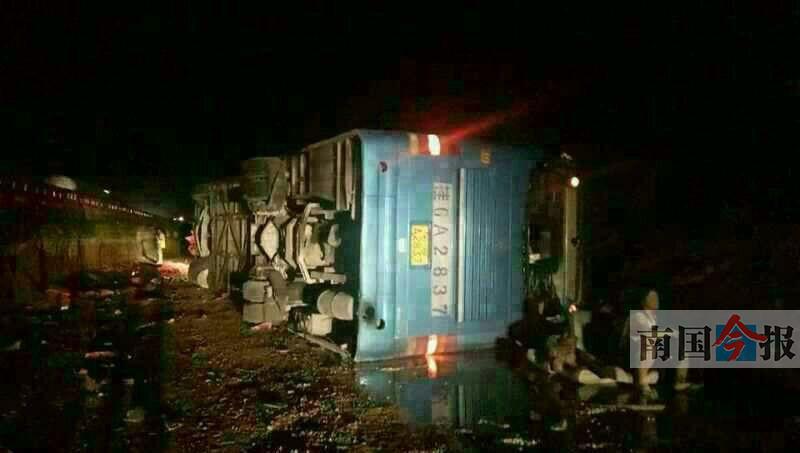 泉南高速来宾段一旅游大巴爆胎侧翻 8名乘客重伤