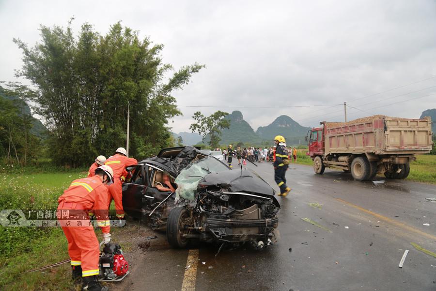 高清组图:货车与轿车相撞 造成2人死亡1人受伤