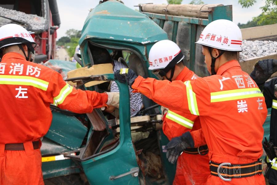 龙州:两辆载满碎石货车相撞 一司机不幸遇难(图)
