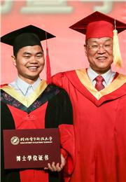 桂林电子科技大学校长古天龙为博士生授予证书
