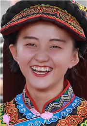 快乐的彝族小姑娘