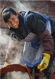劳作中的农家妇女