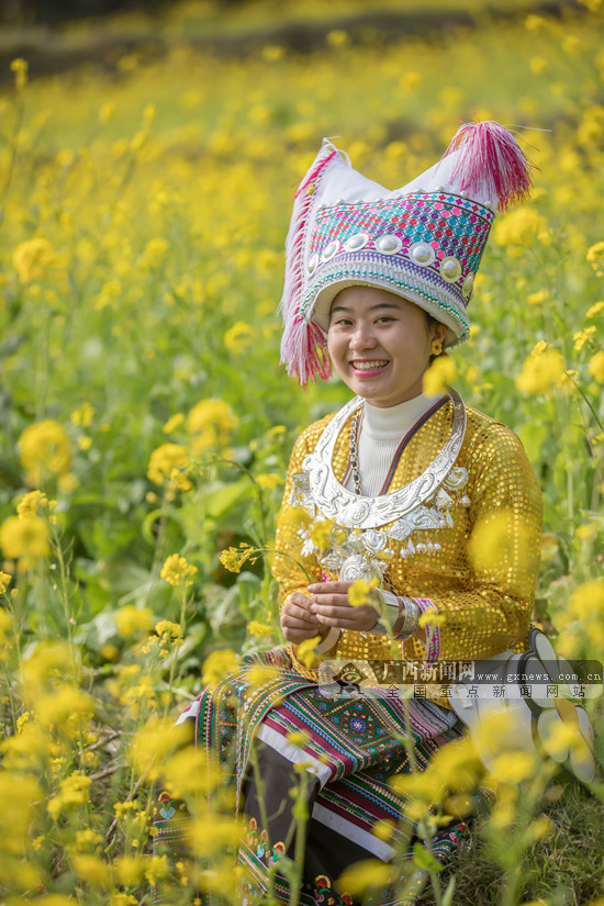 2.3摄于广西省隆林县德俄乡.图为在油菜花中玩耍的苗家小姑娘.