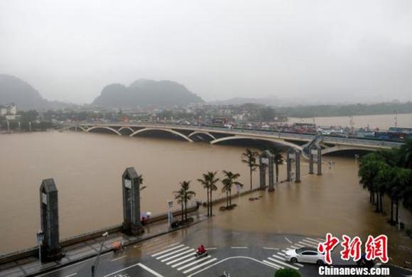 桂林漓江迎来今年最大洪峰 全线封航