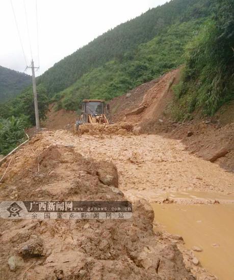 天峨境内一路段发生塌方 经抢修已恢复通行(图)