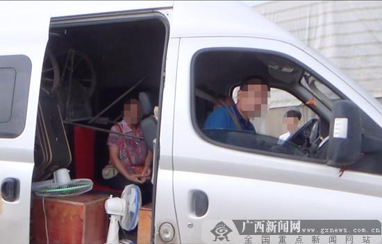 斗车钢把手直插前排座位 面包车人货混装太危险