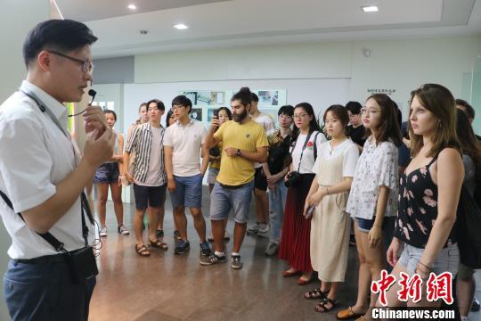 图为:德韩两国孔子学院学生听讲解。 王潇婧 摄