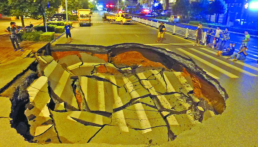 北海市上海路北段路面塌陷成巨坑 骑车男子掉进去