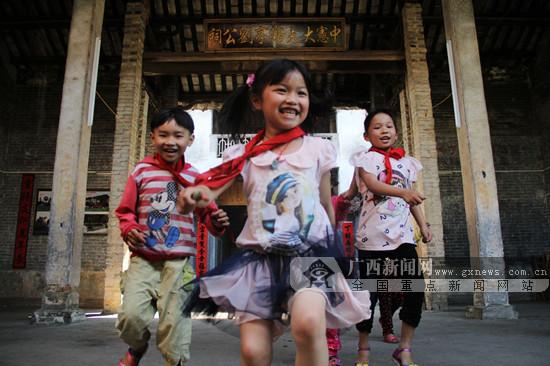 一群孩子在苏村古宅中嬉戏