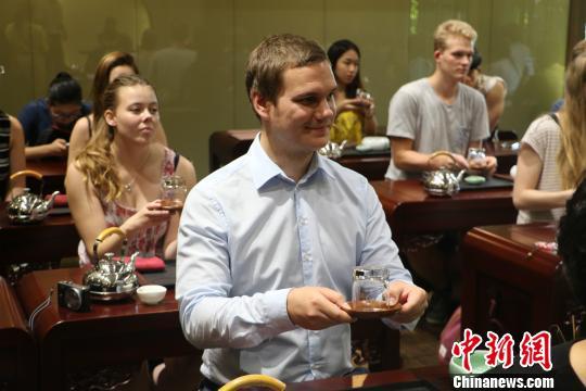 图为:德国汉诺威孔子学院学生学习茶道。 王潇婧 摄