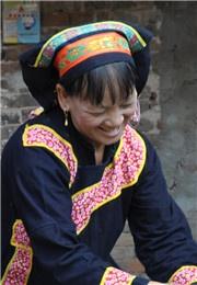 瑶族少女灿烂的笑容