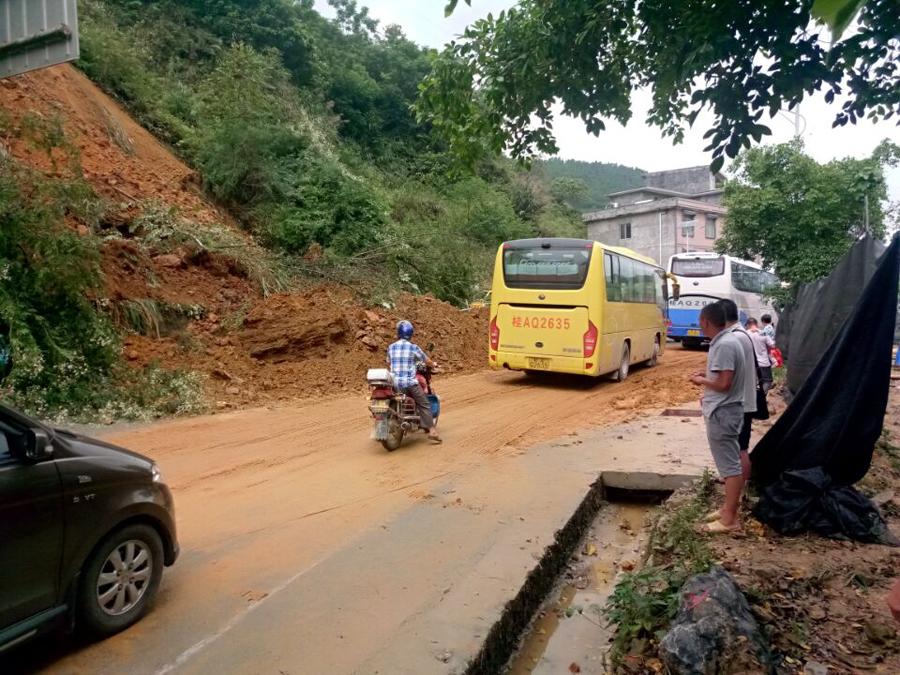 凤山境内一路段发生塌方 公路部门紧急抢通(组图)