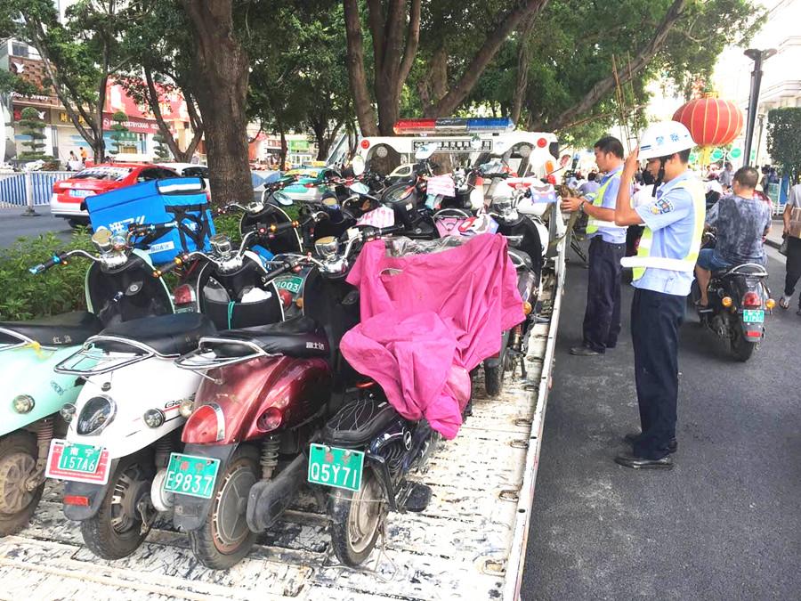 南宁对严管街电动车乱停放违法行为进行集中整治
