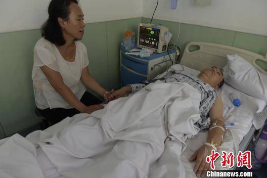 """18日中午,郝凡忠的右肾开始在儿子的身体内""""工作""""。现在,郝凡忠已经回到了普通病房,儿子还躺在重症监护室,需要三个月的观察期。 范丽芳 摄"""