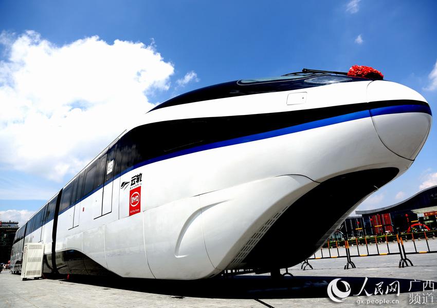 8月20日,一辆标有比亚迪LOGO的云轨列车在桂林市甲天下广场亮相
