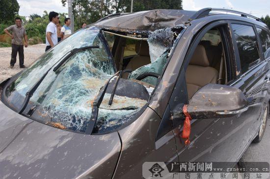 """钦州:货车爆胎炸飞石块 """"飞石""""引发两小车追尾"""