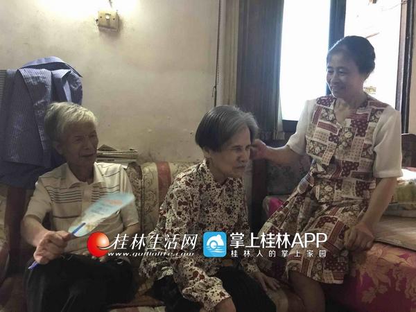 来自桂林的她 养家糊口照顾姑姑已50多年了