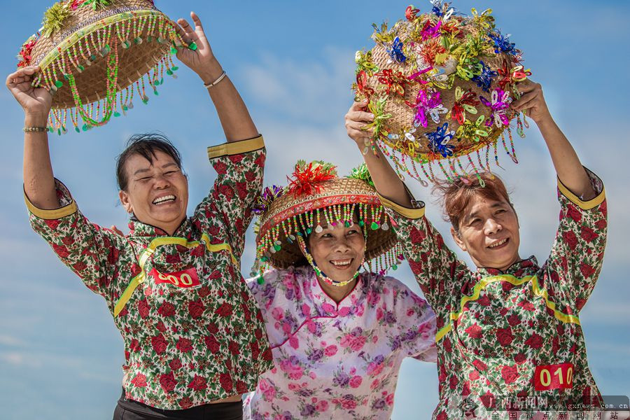 """""""照片中的瑶族姑娘,头顶着大红布叠加成的帽子,在大板瑶妇女眼里,厚重"""