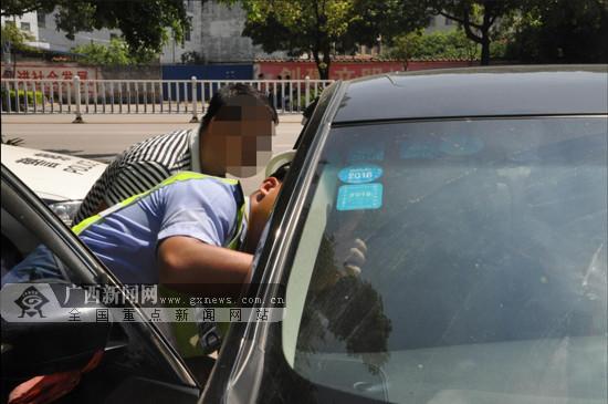 男子驾车上路被交警拦下 车牌证件等涉嫌伪造(图)